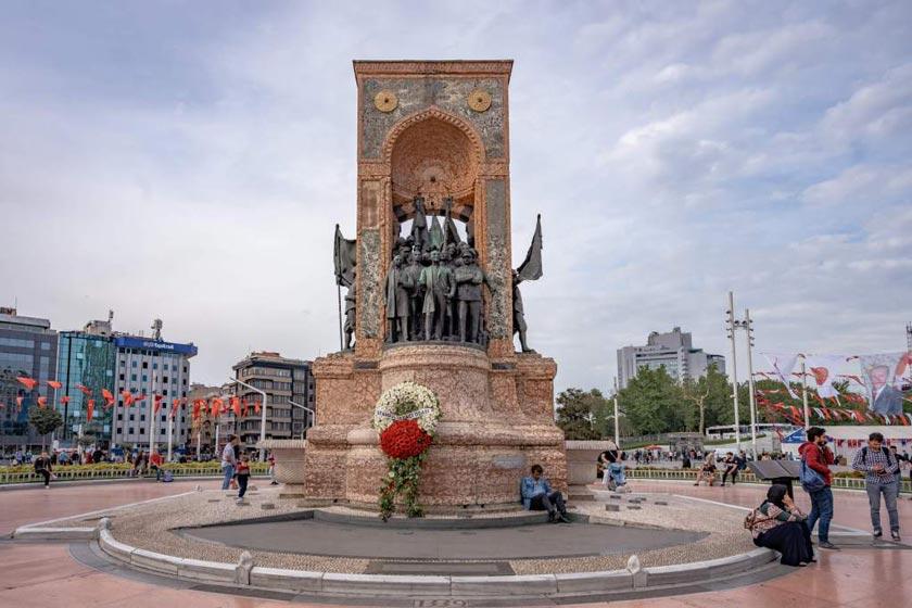 مجسمه-وسط-میدان-تکسیم