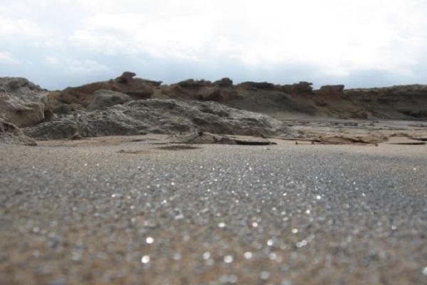 نمایی از ساحل نقره ایی جزیره هنگام